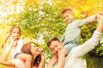 fröhliche moderne Familie