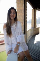 chica sonriendo con vestido blanco