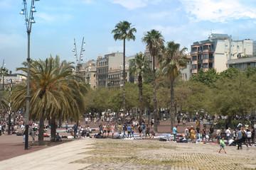 Gente paseando por el puerto viejo de Barcelona