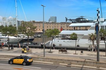 embarcaciones y vehículos en el puerto de Barcelona