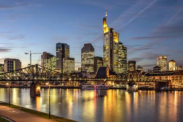Stadtansicht von Frankfurt am Main in der Dämmerung Fototapete
