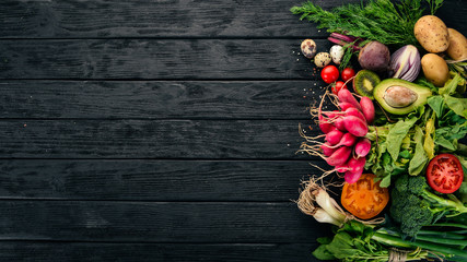 Papiers peints Cuisine Healthy food. Vegetables and fruits. On a black wooden background. Top view. Copy space.