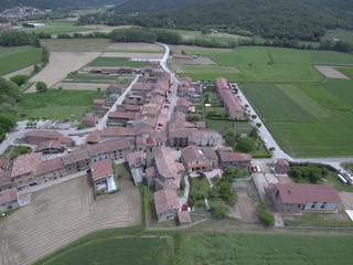 Drone en Hostalets de Bas, pueblo de La Garrocha que forma parte del municipio de Vall de Bas en la provincia de Gerona (Cataluña,España) Foto aerea con Dron
