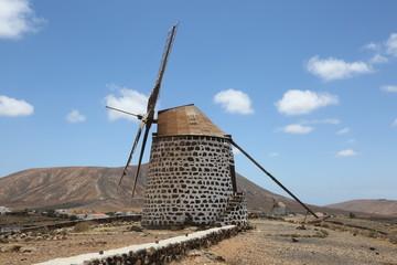 Foto auf AluDibond Mühlen Les deux moulins de type molino sur la crête dominant le village de Villaverde à Fuerteventura