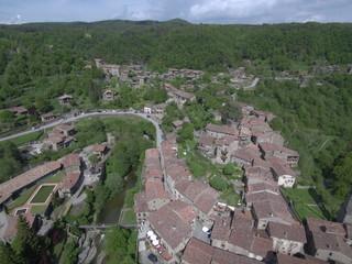 Drone en Rupit y Pruït, pueblo de Barcelona ( Cataluña,España) de la comarca de Osona  al este de la Sierra de Cabrera. Foto aerea con Dron