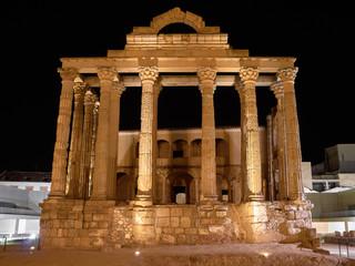 Vista Nocturna de la Fachada del Templo Romano de la Diosa Diana en la Ciudad de Mérida, Extremadura, España