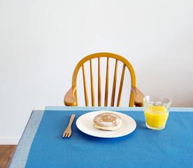 クマのパンケーキとジュース テーブルとベビーチェア