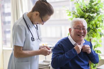 おじいさんが看護師と話をしている。