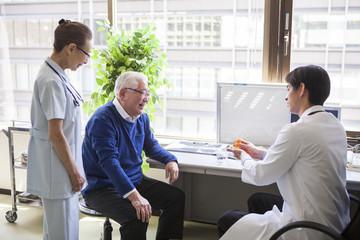 医者の進める薬を飲む患者。