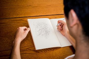 落書きをする男性
