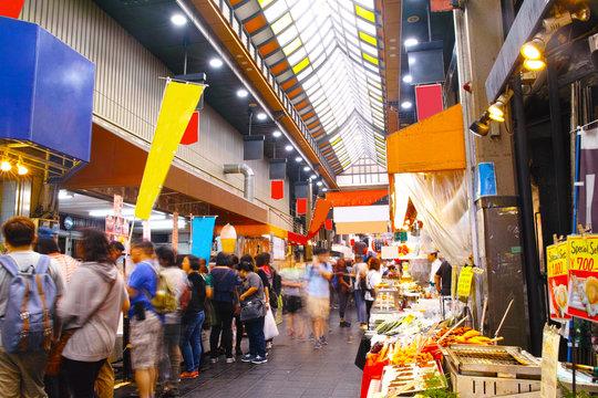 昼の黒門市場商店街