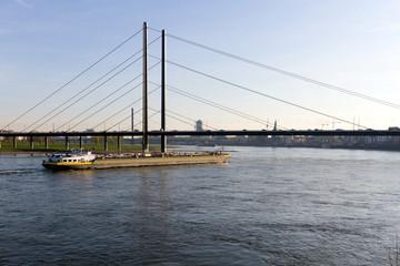 Frachtschiff auf dem Rhein bei Düsseldorf