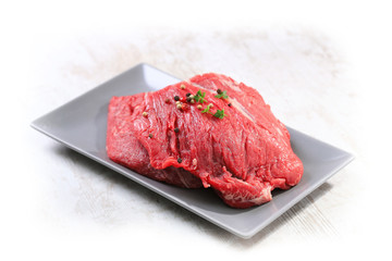 viande de boeuf sur fond blanc
