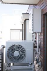 住宅・設備・エアコン室外機とガス給湯器