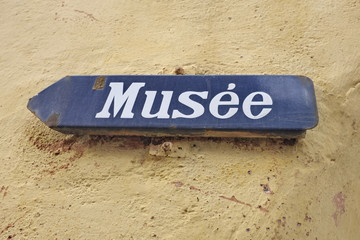 Musée, panneau d'émail blanc et bleu.