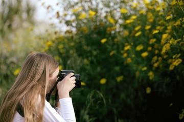Ragazzina che scatta una foto ai fiori