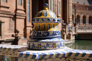 Keramik am Plaza de Espana - Ein architektonischer Komplex in Sevilla, Spanien (Andalusien)