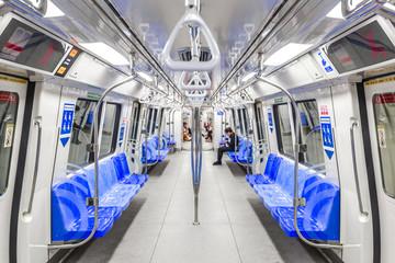 地下鉄の車内風景