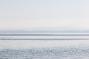 Minimalistyczny, graficzny widok jeziora, z paskami różnych sh - 206445033
