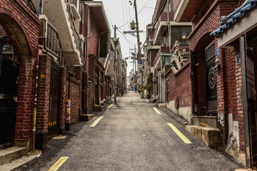 In de dag Smal steegje landscape of common old town, narrow street in seoul, korea