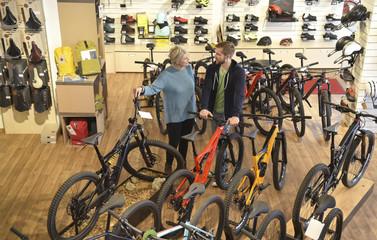 Beratung im Fahrradgeschäft - Kundin und Verkäufer