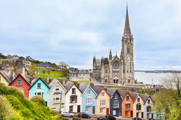 Foto auf Leinwand Weiß Cathedral and colored houses in Cobh, Ireland