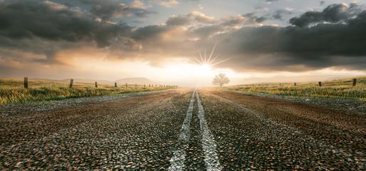 Landstraße im Sonnenuntergang