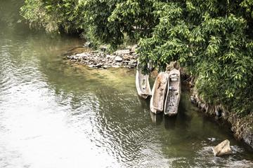 Canoas na beira do Rio