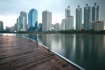 les gratte-ciels de bangkok qui se reflètent sur un lac