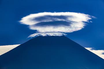 富士山と笠雲、静岡県富士宮市朝霧高原にて