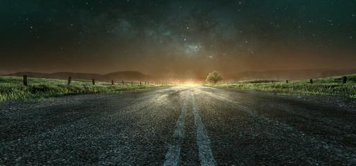Landstraße bei Nacht in Richtung Stadt