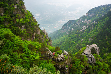 Scenic view of Lushan national park mountain in China with the city of Jiujiang in background Fototapete