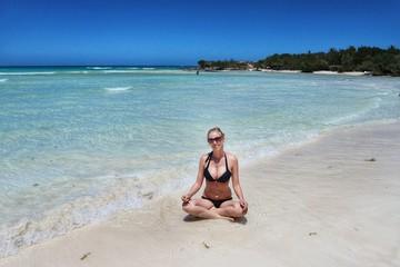 blonde Frau am Strand auf Kuba, Cayo Coco, Karibik