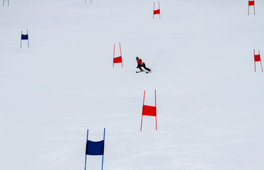 The skier descends the slalom from the mountain