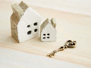 アンティークな鍵と家の置物でホームセキュリティのイメージ