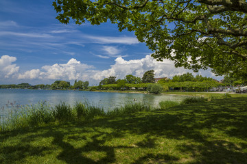 Ferien am schönen Bodensee Sommerzeit mit blauen Himmel und schöner Wolkenstimmung