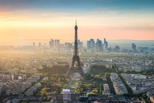 Paris Skyline mit Eiffelturm und La Defense bei Sonnenuntergang