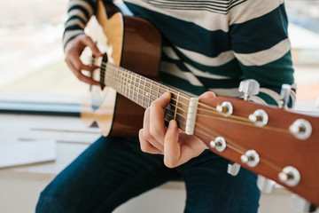 Learning to play the guitar. Music education and extracurricular lessons