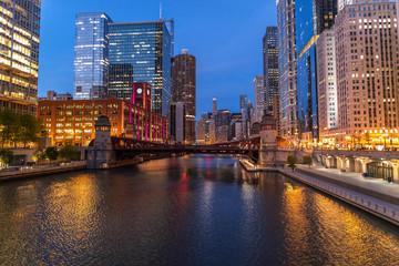 Papiers peints Chicago Chicago evening downtown skyline buildings river
