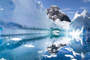 In de dag Antarctica Reflecting iceberg in Antarctica