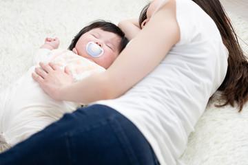 赤ちゃんとお母さん、寝る、添い寝、昼寝
