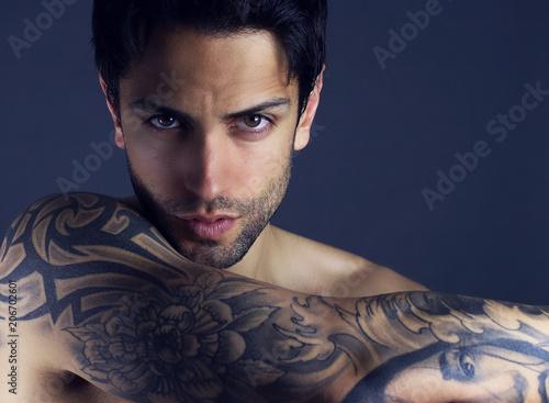 """Beau Jeune Homme portrait d' un beau jeune homme tatoué . beauté masculine """" stock"""