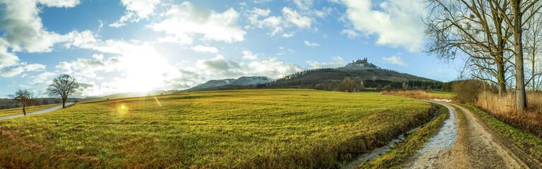 Landschaft, Wanderweg mit Burg Hohenzollern