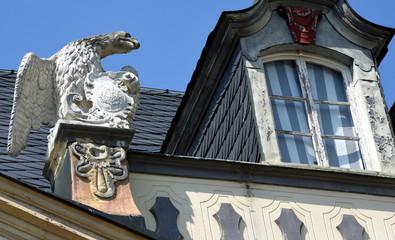 Adlerskulptur auf dem Dach des Lustschlosses Molsdorf