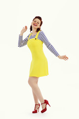 femme pin-up rousse vintage souriant