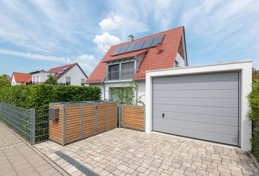 Modernes Wohnhaus mit Garage