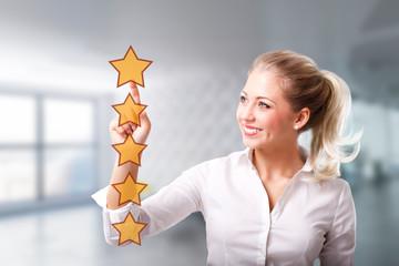 Geschäftsfrau wählt 5 Sterne Bewertung aus