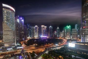 Wall Mural - Das Finanzzentrum von Shanghai, Pudong, mit den zahlreichen beleuchteten Wolkenkratzern am Abend, China
