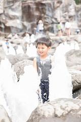 水遊びをする男の子