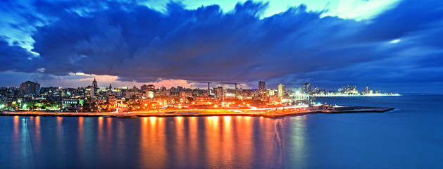 Poster Havana Panoramic View of Havana city and bay at night fell